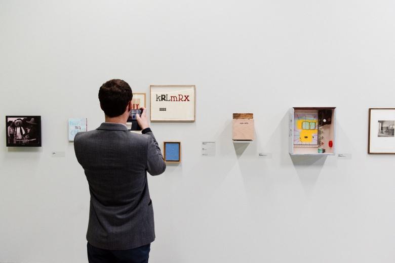 Vue de l'exposition de Jean-Michel Alberola, L'aventure des détails, Palais de Tokyo (19.02 – 16.05.2016). © ADAGP, Paris 2016. Photo : Guillaume Lebrun / Atelier Diptik via Palais de Tokyo web.