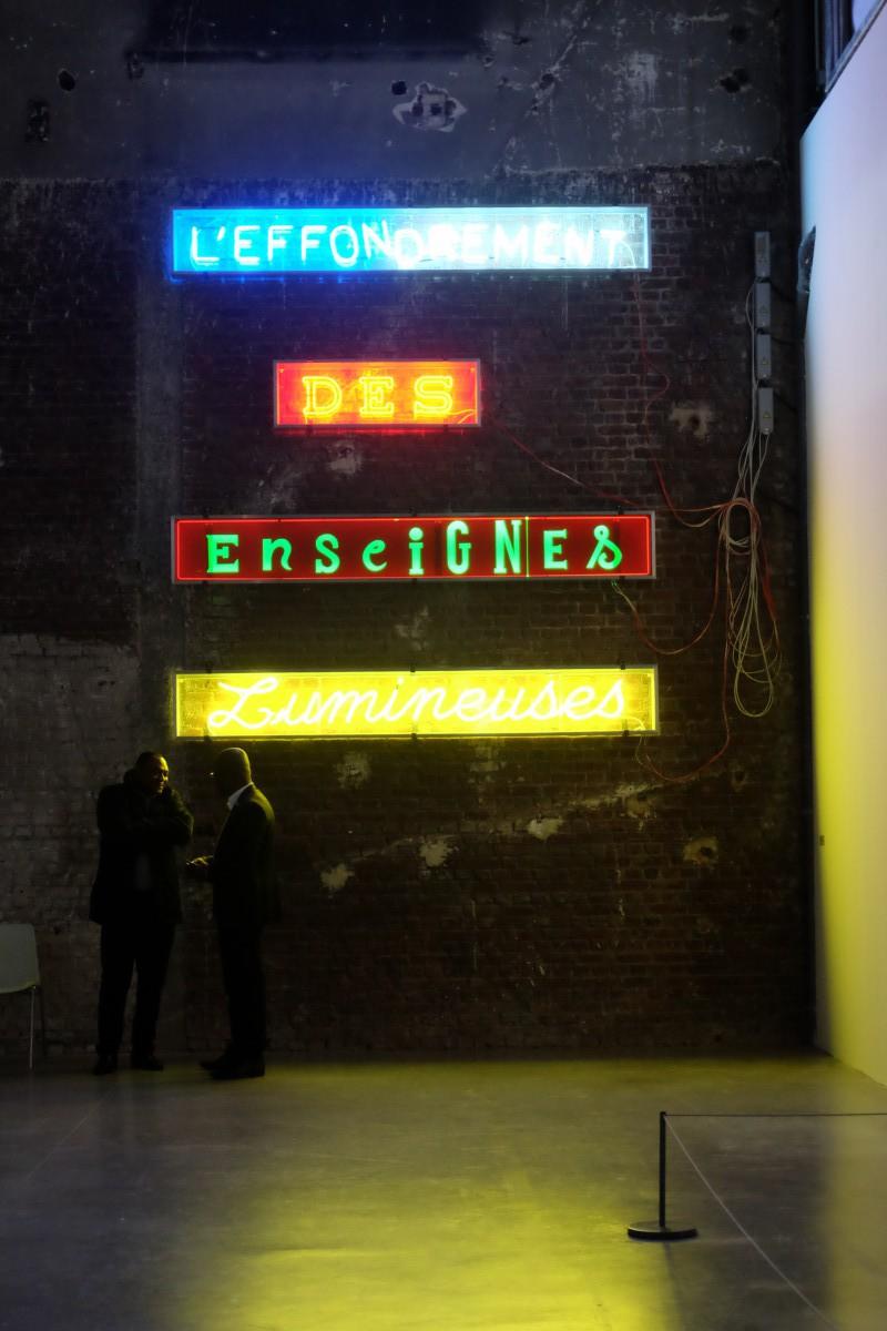 L´Effondrement des enseignes lumineuses de Jean-Michel Alberola, L'aventure des détails, Palais de Tokyo. Photo : Ana Laya