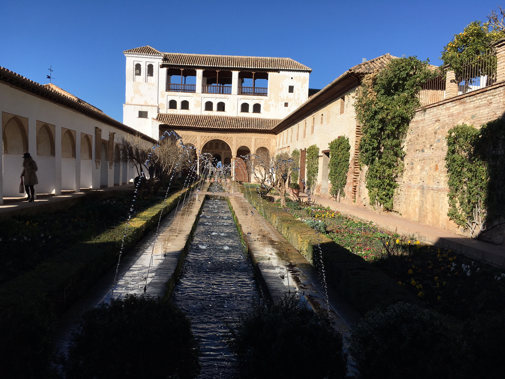 This is the court of the Main Canal, it draws water from the Royal Canal (Acequia Real), the principal hydraulic source for the entire historical-artistic monument complex. The court channel was originally in the shape of a crossing, like the one in the Court of the Lions (Patio de los Leones), supplying water to four oblique parterres.