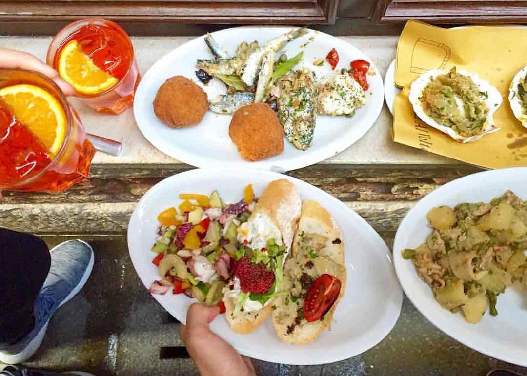 """""""il pranzo prima del pranzo: i cicchetti"""". Photo vía Osteria Al Portego."""