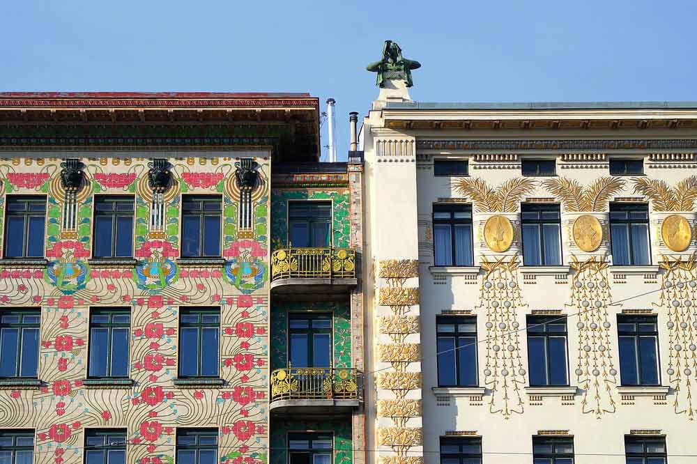 Majolica and Medallion Houses. Photo vía Toujours Etre Ailleurs.