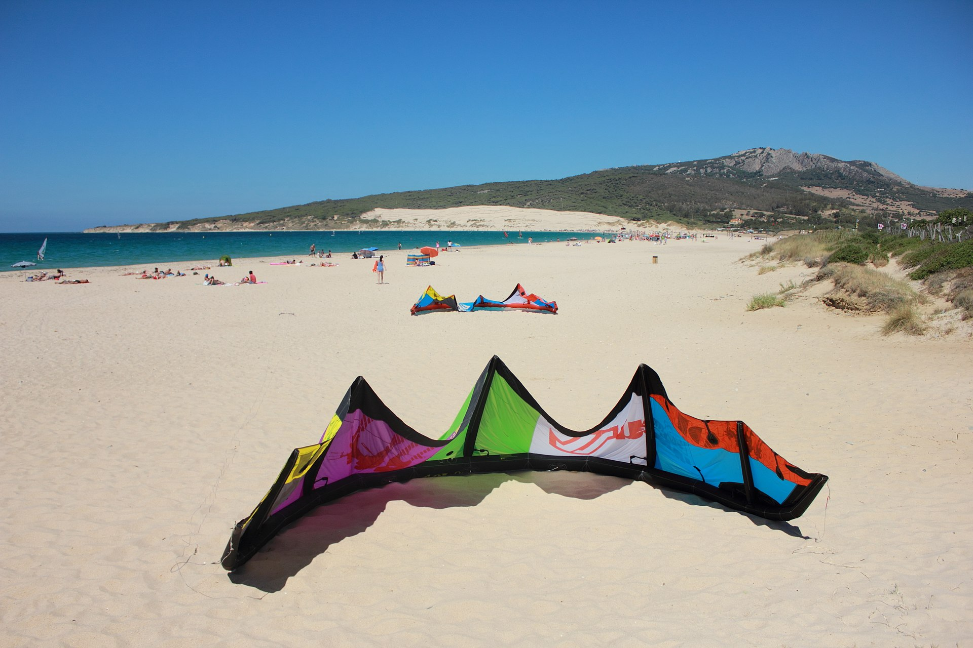 Valdevaqueros, extra wide sandy beach. | Photo vía Wikipedia.