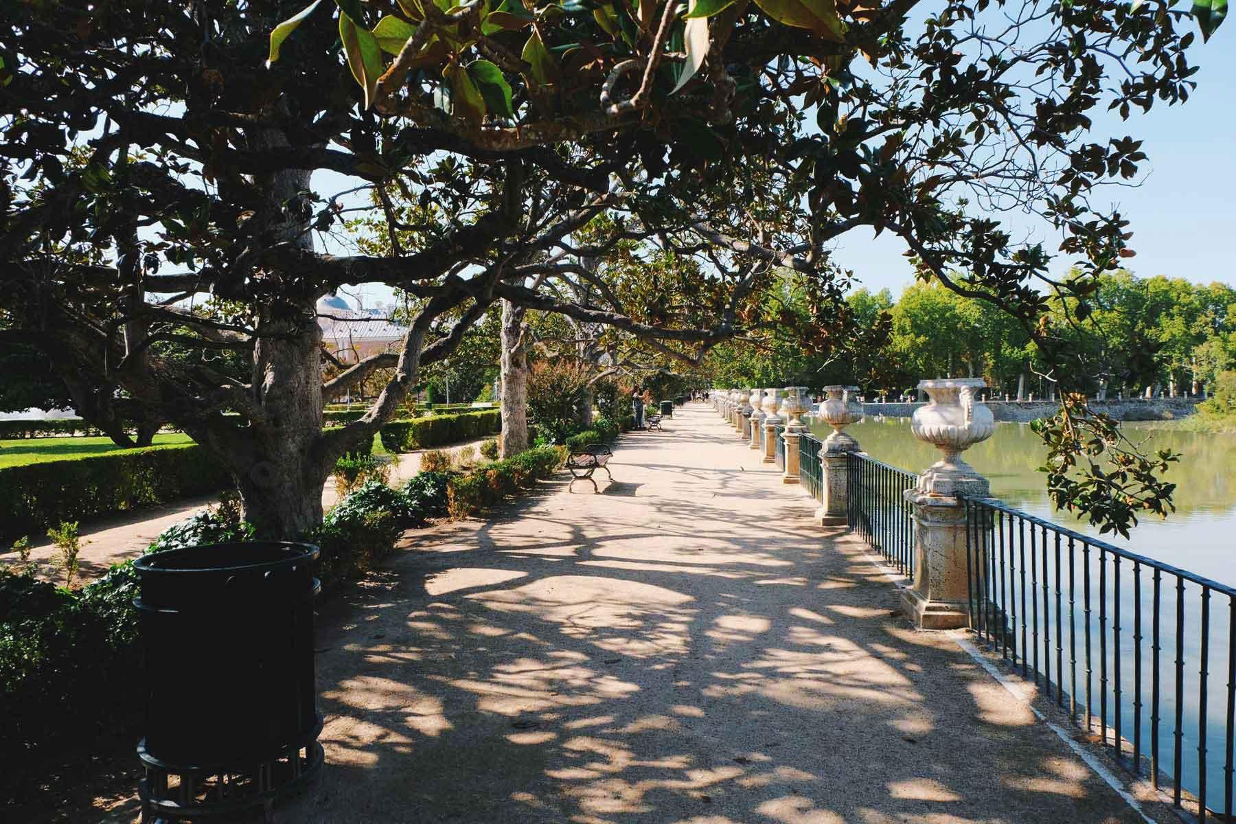 Paseo junto al rio Tajo. / Sidewalk next to Tagus River.