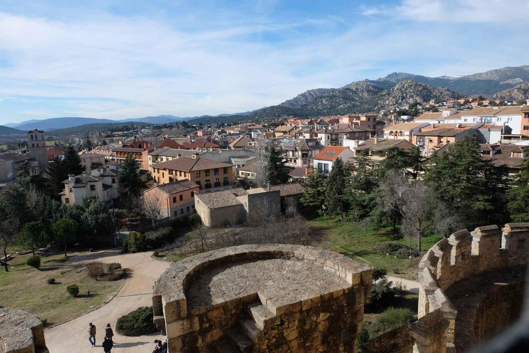 Vista del pueblo de Manzanares el Real desde el Castillo de Mendoza / Manzanares el Real view from Mendoza's Castle.